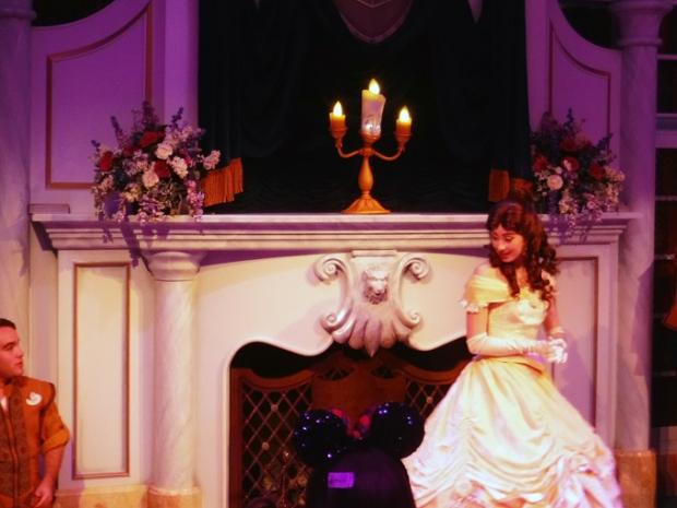 Lumiere e Bela contando aos visitantes seu Conto de Fadas.