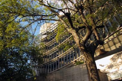 A fachada da Unibes Cultural. Concreto, vidro, modernidade e árvores.