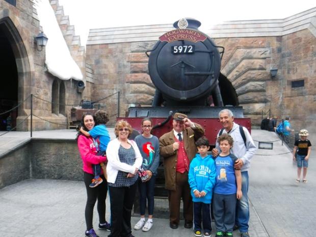 O sorriso do condutor já traz tranquilidade à viagem para Hogwarts.