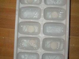 Gelo com Mentos no copo com refrigerante.