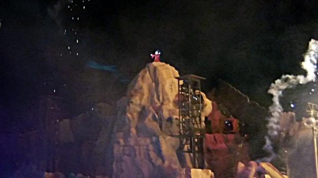 Mickey no alto da montanha encenando Aprendiz de Feiticeiro.