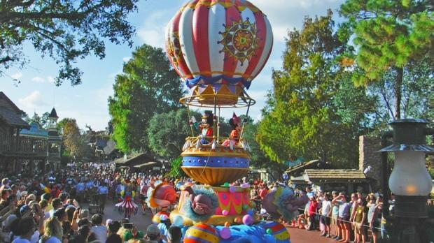 Mickey e Minnie em um carro temático que parece um balão.