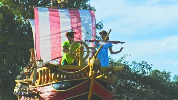 E o menino voador com Wendy, ao leme do navio pirata.