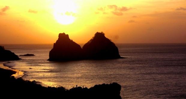 Pôr do sol nas rochas Dois irmãos, na baía dos Porcos, visto do Mirante do Boldró.