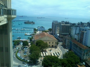 Ali em frente, o Mercado Modelo e o Forte São Marcelo, o único do mundo que é redondo.