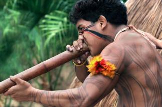 Um caçador Kuikuro com sua zarabatana.