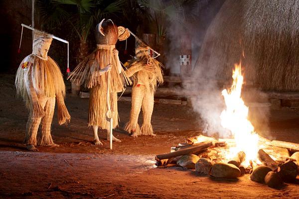 Trajes rituais em cerimônia Kuikuro.