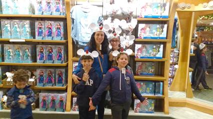 Uma das maiores lojas do Epcot Center, cheia de brinquedos e produtos de personagens Disney.