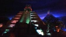 A Pirâmide Asteca com show de luzes.