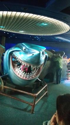O tubarão assustador engole crianças.