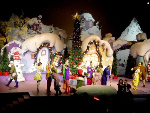Olha o Grinch de novo! Vestido de Papai Noel!