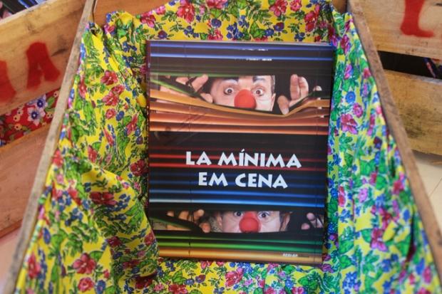 O livro de comemoração La Mínima em Cena.