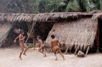 As crianças brincam livres na Nação Kuikuro.