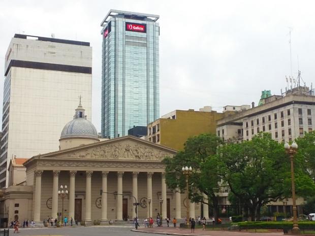 A Biblioteca Nacional de Buenos Aires. E muitos bancos ao redor na Praça de Maio.