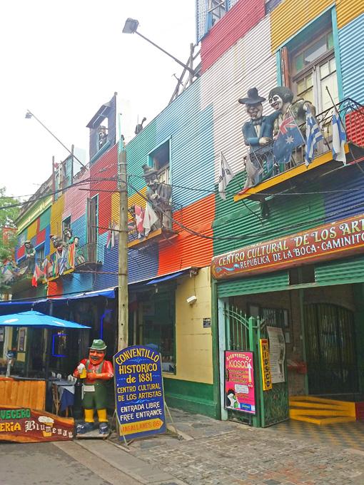 Comida, bebida, música, arte, cores. São muitas as atrações em El Caminito.
