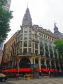 Cafés e restaurantes combinados com antigos edifícios.