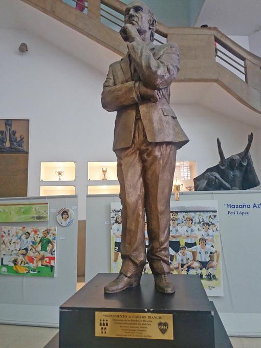 Tem estátuas de técnicos também no Museu da Paixão Boquense.