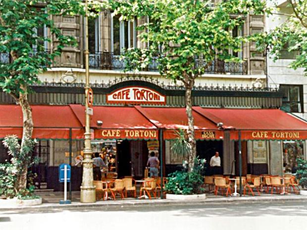 A fachada do Café Tortoni, na Rua de Mayo.