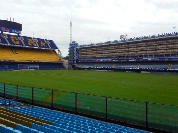 O gramado natural do estádio de La Bombonera.