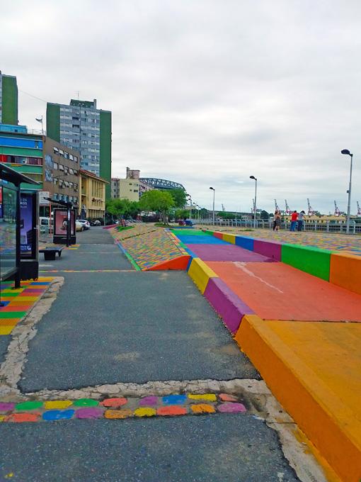 Ruas pintadas em várias cores. Alguém pinte aqueles prédios também!