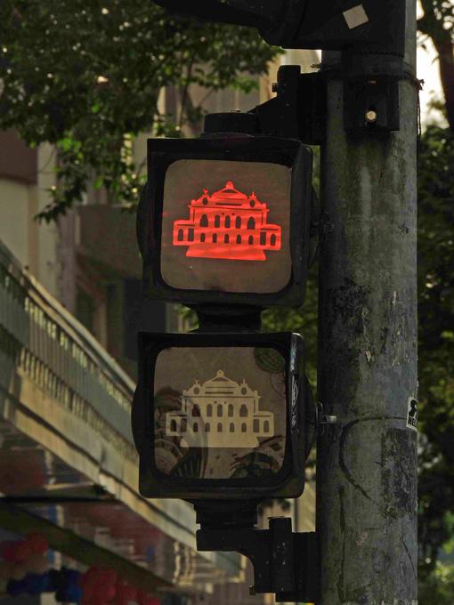 semaforo-vermelho-teatro-muinicipal-a-bussola-quebrada