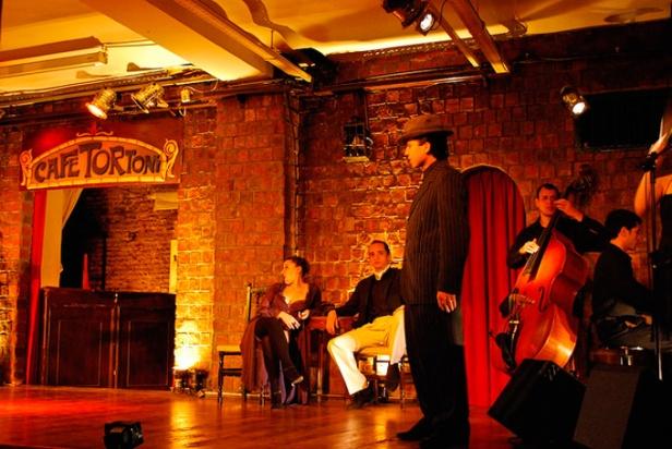 Canto e dança no tango do Café Tortoni.