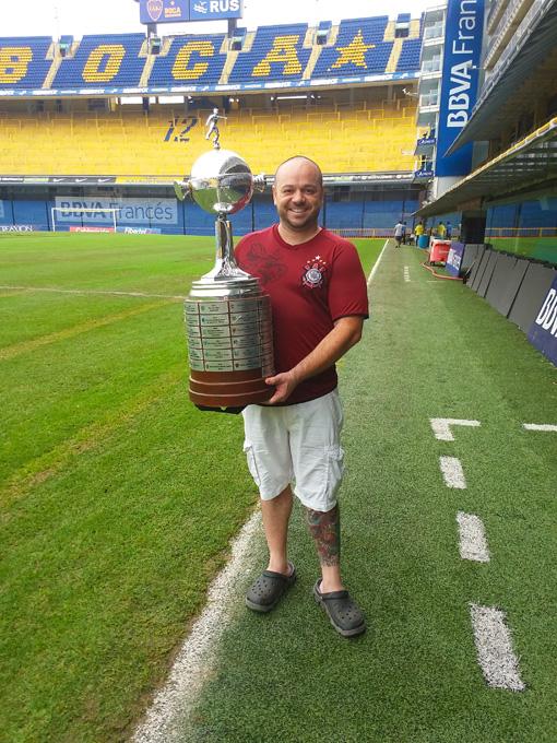Um legítimo representante da Nação Cotinthiana visitando o Estádio de La Bombonera!