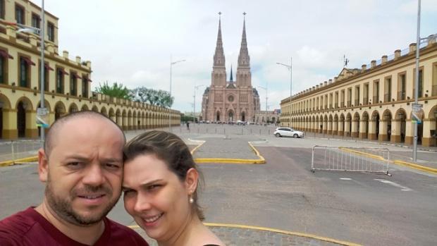 O Casal viajante em frente à Basílica de Luján.