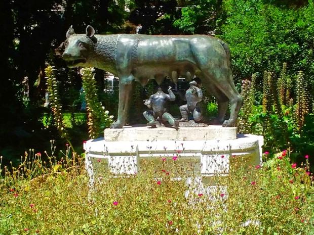 Rômulo e Remo, fundadores de Roma, alimentados por uma loba.