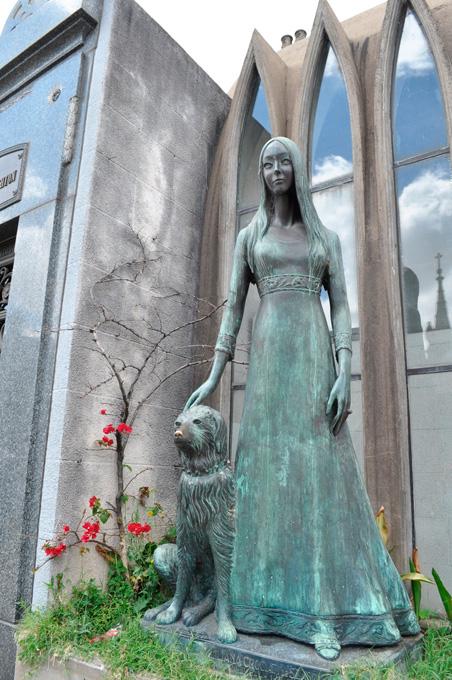 A estátua de Liliana, a única a ter a companhia de um cachorro.