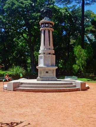 Obeliscos, marcos de estrada, símbolos patrióticos e monumentos decoram o Jardim Botânico de Buenos Aires.