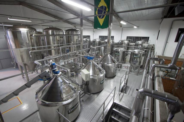 Os enormes tonéis de alumínio das cervejarias.