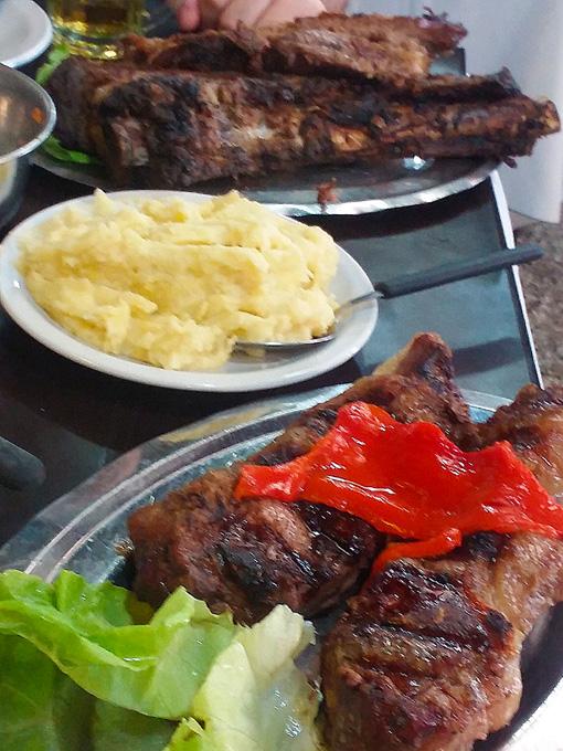 A mesa do El Ferroviario é farta. Tem até salada.