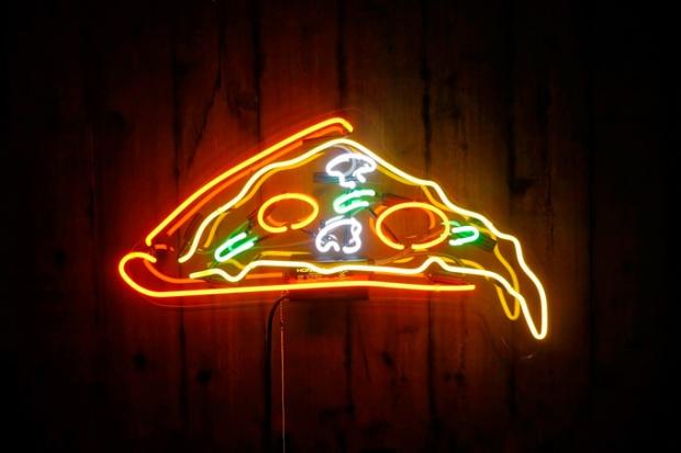 Um luminoso desses na sala e muita pizza na cozinha.