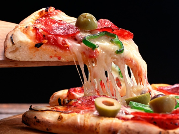 """Lembre-se de nunca dizer """"pedaço de pizza"""". Pizza se come em fatias. Diga sempre """"fatia de pizza""""."""