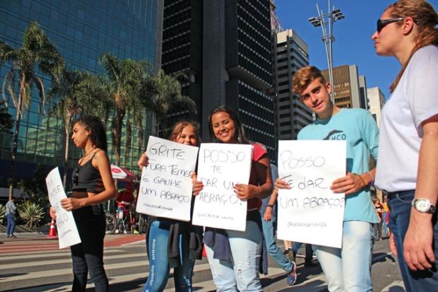 Av. Paulista fechada para o trânsito. Braços abertos para abraçar.