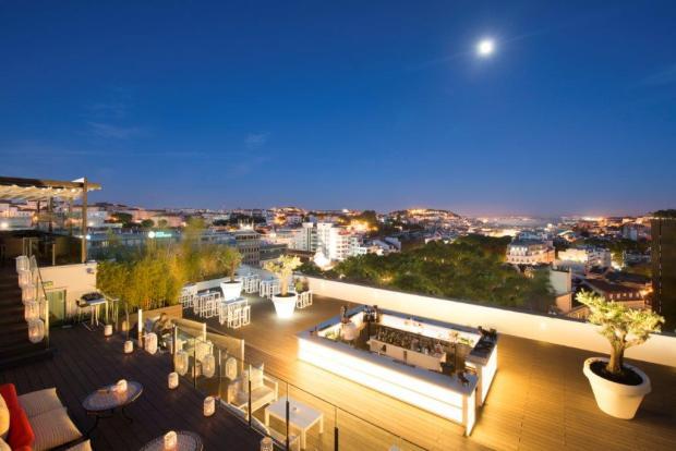 A noite de Lisboa tem algo de mágico.