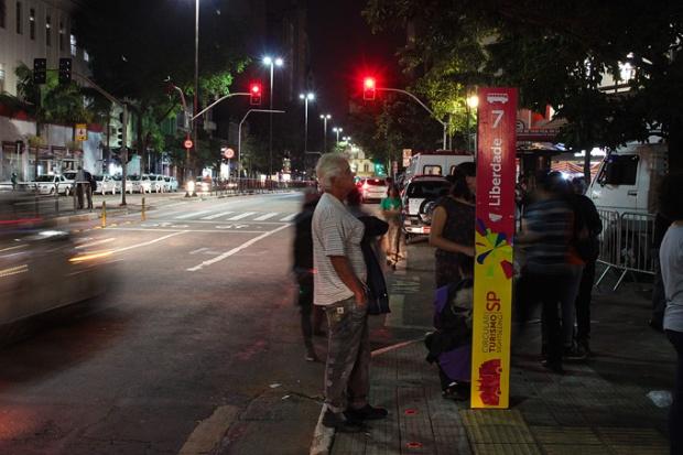 O bairro da Liberdade é tão turístico que tem até parada do ônibus de Turismo de São Paulo.