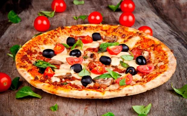 Azeitonas pretas ou verdes, tomate grande ou cereja, azeite e não pode faltar orégano!