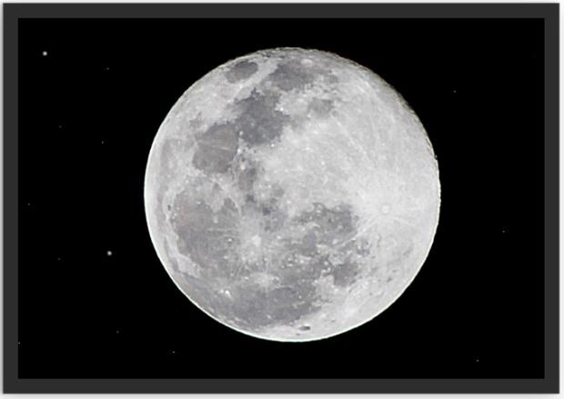 Na sua parede, a lua cheia, eternamente, sorrindo para você.
