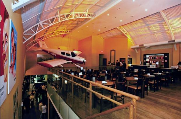 Claro que tem que ter um avião dentro do Bar Brahma do Campo de Marte.