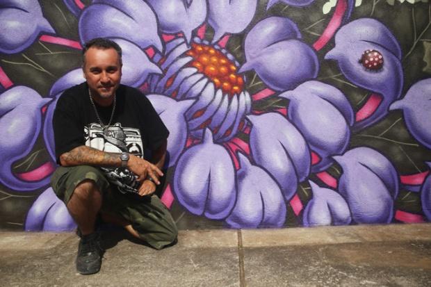 Binho Ribeiro, coordenador do Grafite, com sua obra na Igreja Matriz.