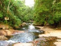 São três quedas d'água que fazem mini cachoeiras.