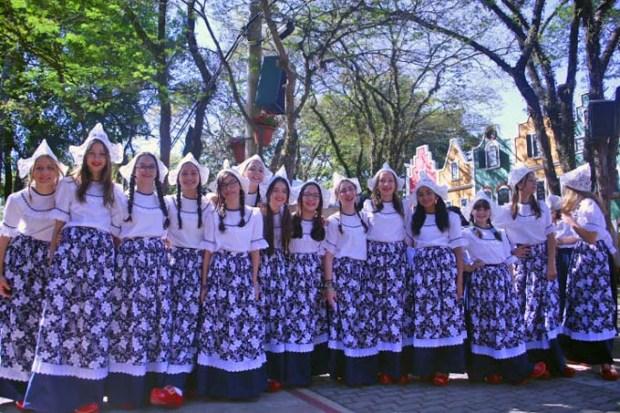 Danças e trajes típicos da Holanda na Expoflora.