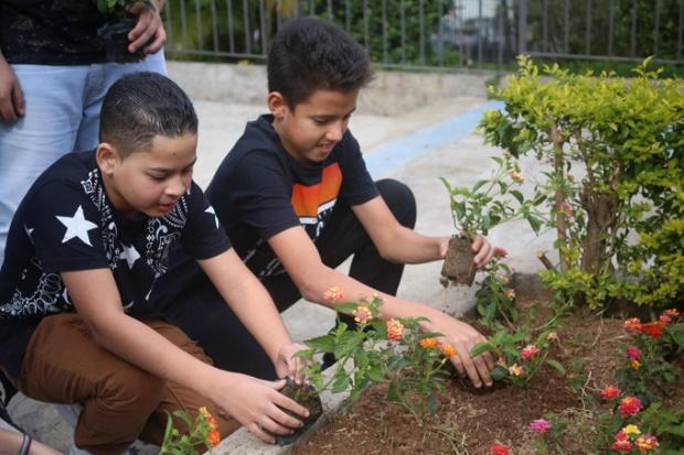 O projeto Flores no Cimento com novos ajudantes. São as crianças da Pastoral da Igreja Matriz da Vila Madalena.