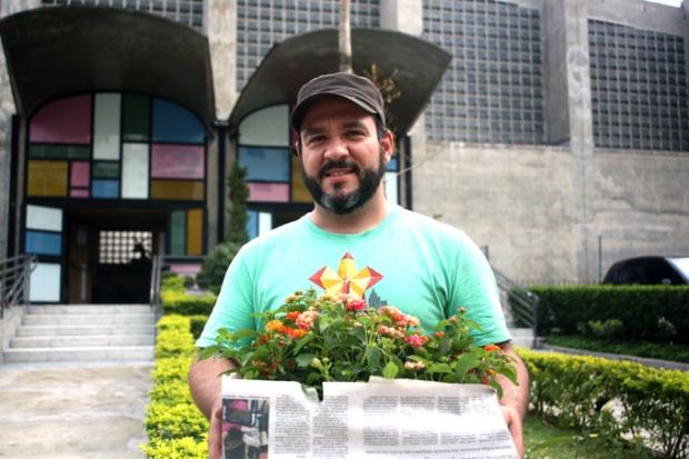 O Diego Lahóz, trazendo flores e vegetação da mata atlântica de volta ao bairro da Vila Madalena com seu projeto Flores no Cimento.