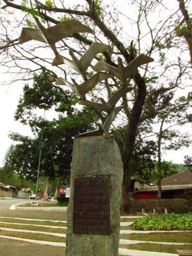O Monumento em comemoração aos 50 anos da colônia.
