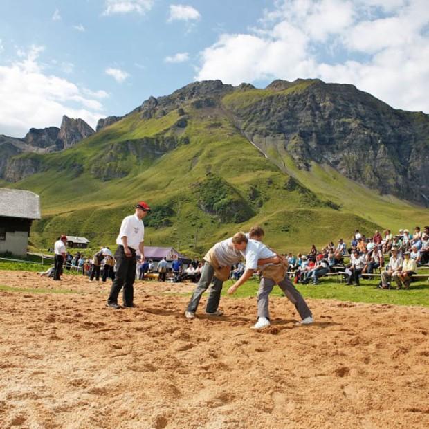Um esporte típico da Suíça. Não tente entender.
