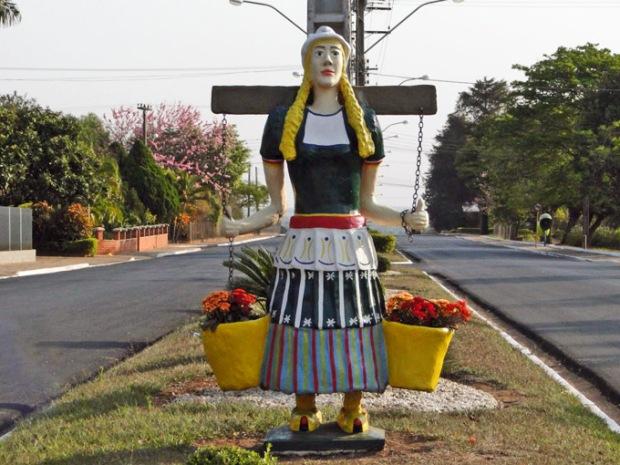 A moça holandesa em trajes tradicionais.