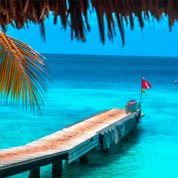 Já pensou mergulhar em um mar azul assim?